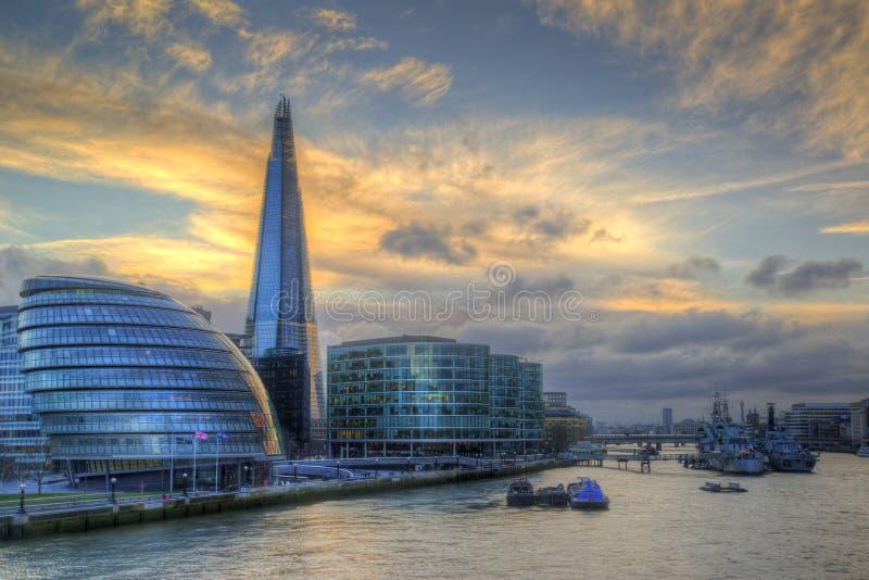 伦敦沿泰晤士河的市地平线在充满活力的日落期间 库存照片