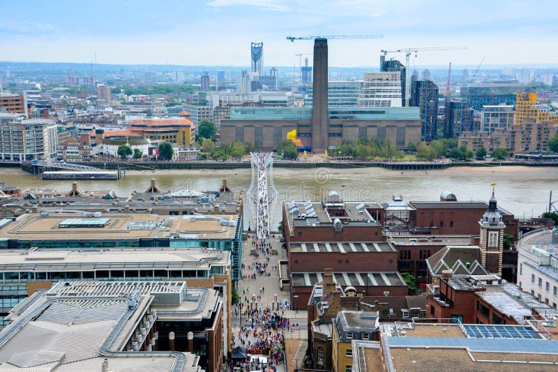 伦敦看法从上面 从圣保罗座堂的千禧桥 免版税库存照片