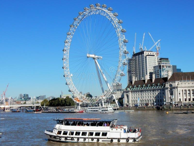 伦敦眼和从泰晤士河看见的县政厅大厦 免版税库存图片