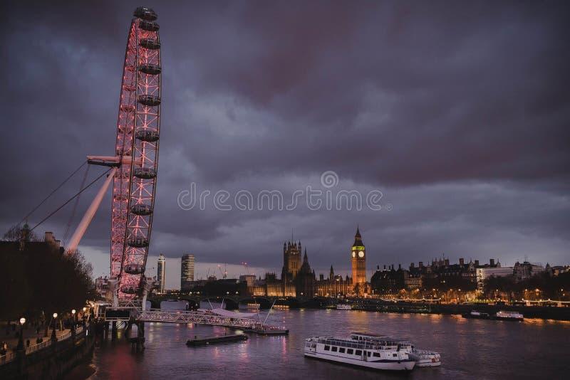 伦敦眼和大本钟夜视图  库存图片