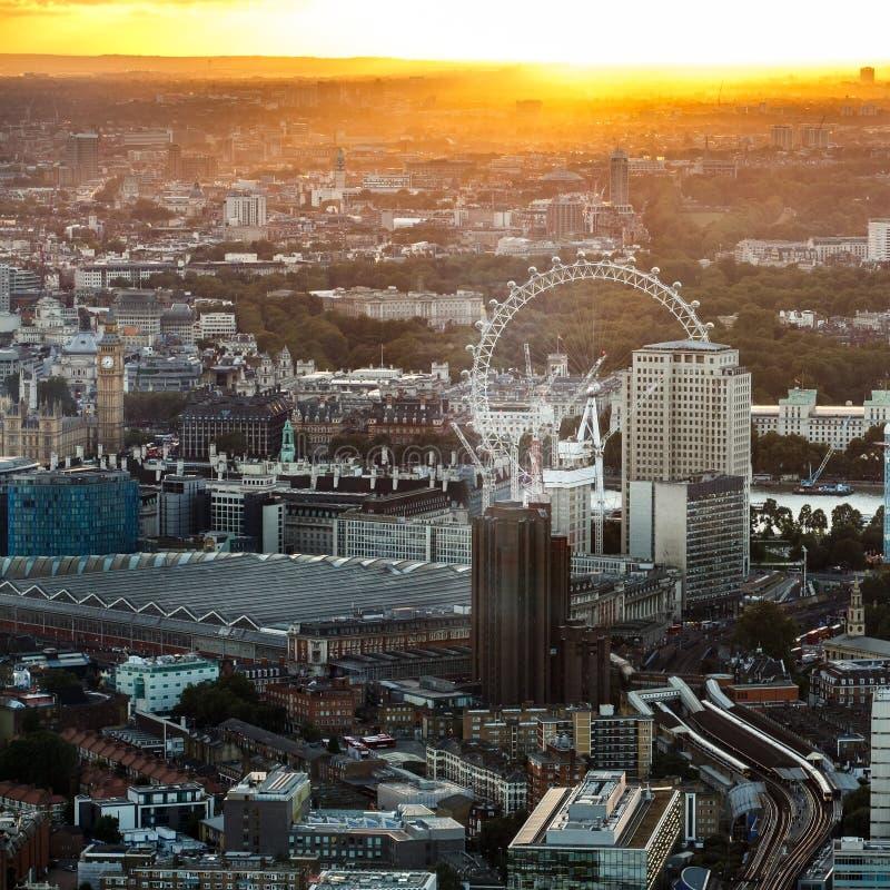 伦敦眼和大本钟泰晤士河从上面 库存图片