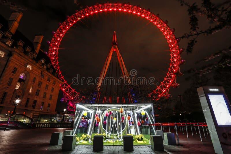 伦敦眼在与的晚上轻的足迹 免版税库存图片