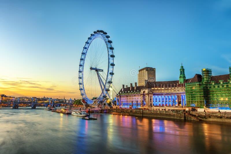 伦敦眼在晚上在伦敦,英国。 免版税库存照片