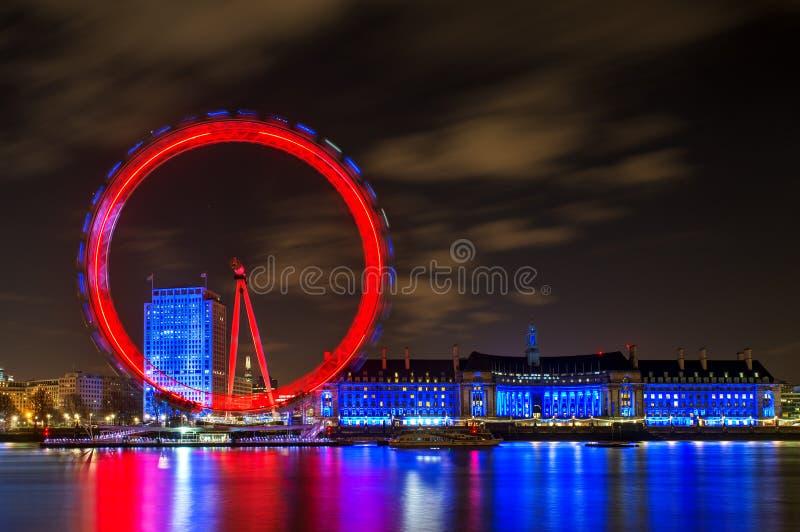 伦敦眼在晚上照亮了在伦敦,英国 免版税库存图片