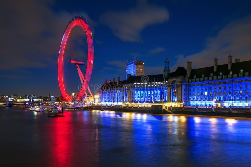 伦敦眼在晚上照亮了在伦敦,英国 库存照片