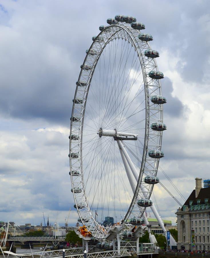 伦敦眼弗累斯大转轮阴云密布天在英国 免版税图库摄影