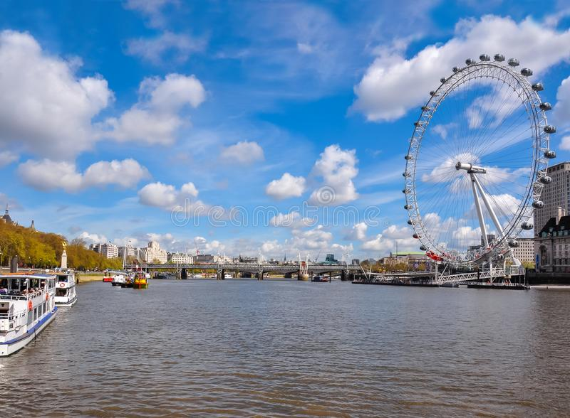 伦敦眼睛和泰晤士河在一个晴天,英国 免版税库存图片