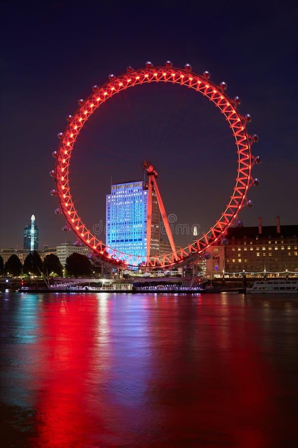 伦敦眼睛,弗累斯大转轮,照亮在红色在晚上 免版税图库摄影