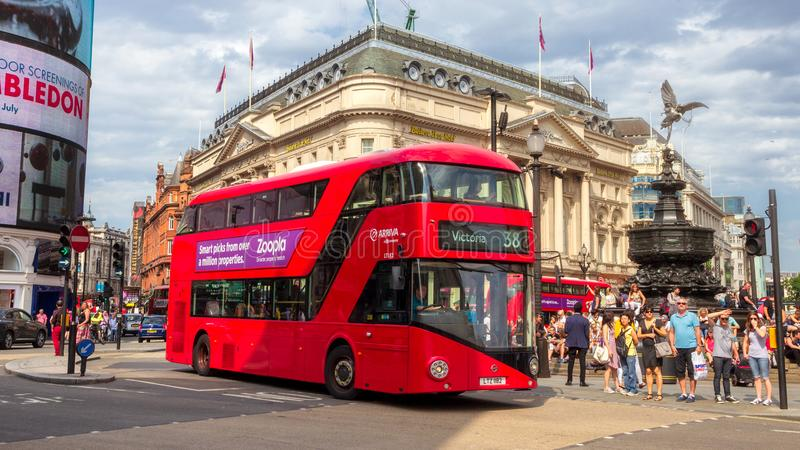 伦敦红色双重vecker公共汽车Picadilly马戏 库存图片