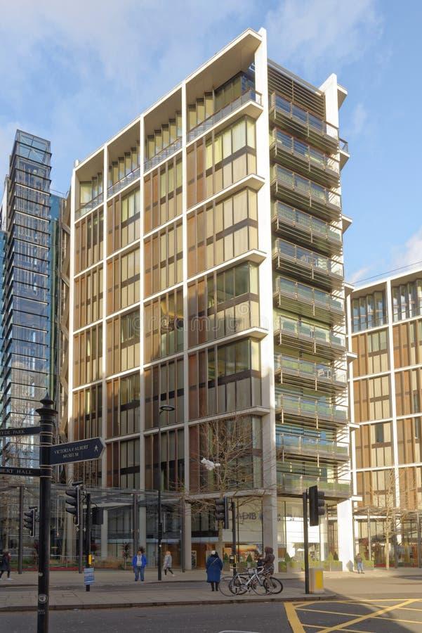 伦敦英国:海德公园豪华办公室,现代建筑学 免版税图库摄影