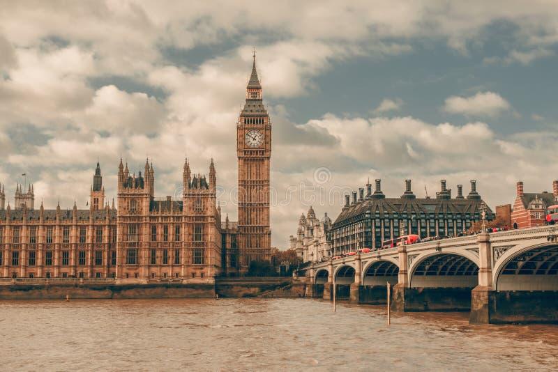 伦敦英国 大本钟在泰晤士河的威斯敏斯特宫殿 免版税图库摄影