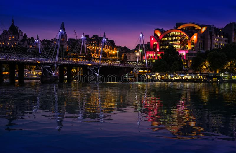 伦敦英国 2017年5月22日 查令十字驻地和金黄周年纪念人行桥在泰晤士河反射在晚上 图库摄影