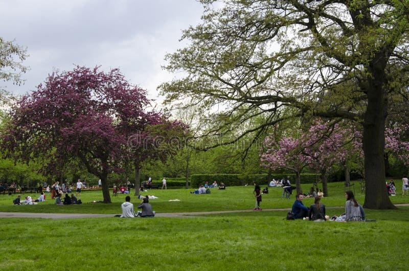 伦敦英国 2018年4月22th日 得到在多云同水准的人们休息 免版税库存照片