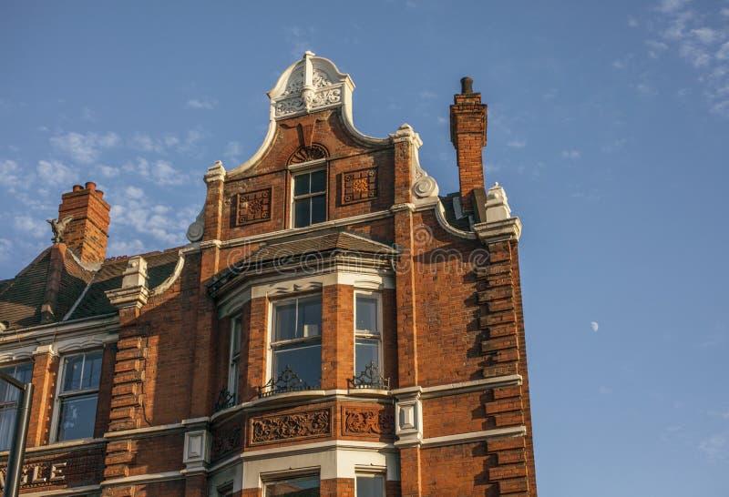 伦敦街道-红砖传统建筑和天空蔚蓝 库存图片