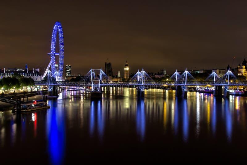 伦敦金黄周年纪念桥梁在晚上 库存图片