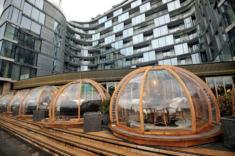 伦敦餐馆Coppa俱乐部和它的欢乐用餐的园屋顶的小屋泰晤士 免版税库存图片