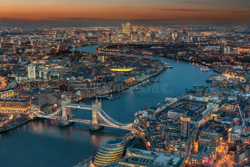 伦敦鸟瞰图在晚上时间 库存图片