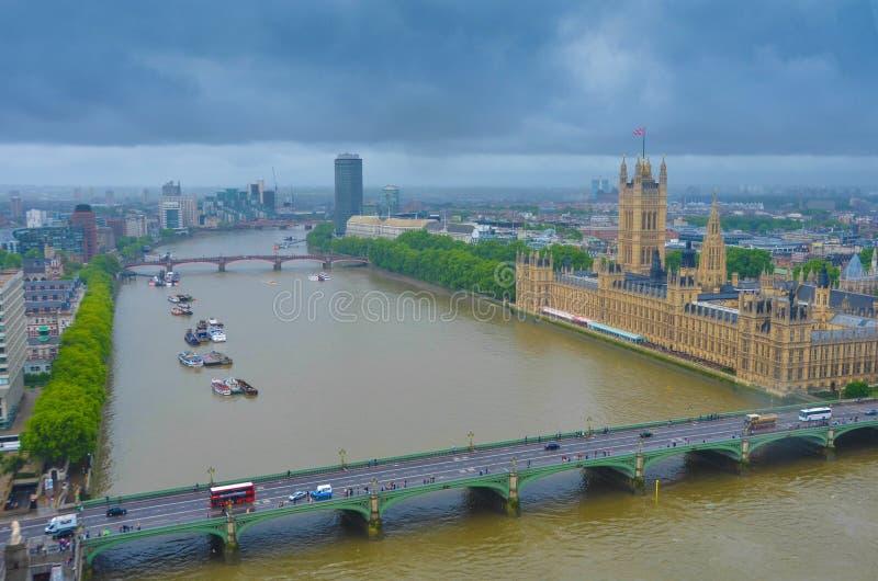 伦敦鸟瞰图在风雨如磐的天空下 免版税库存图片