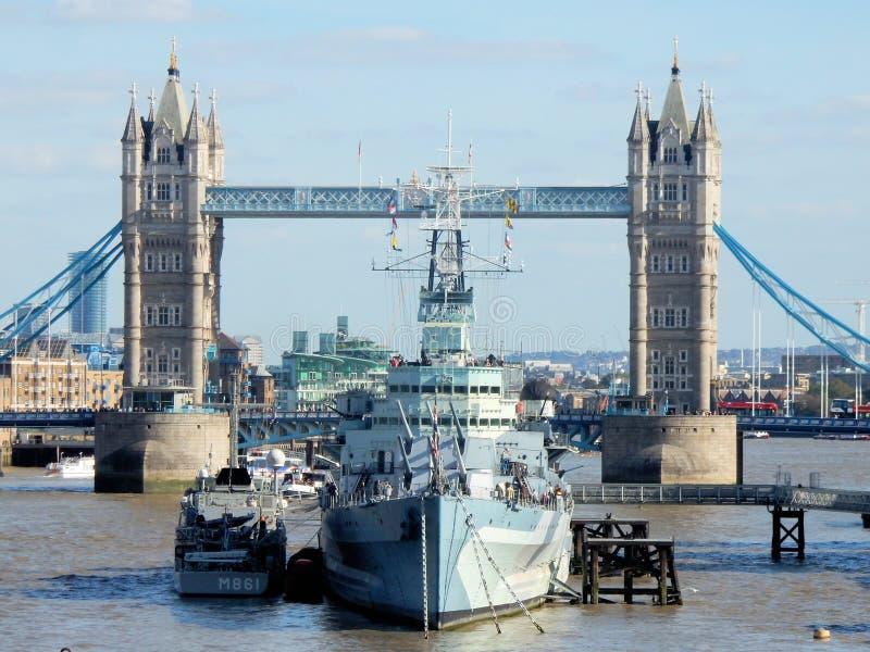 伦敦,从伦敦桥的看法帝国战争博物馆贝尔法斯特号馆和伦敦塔桥的 图库摄影