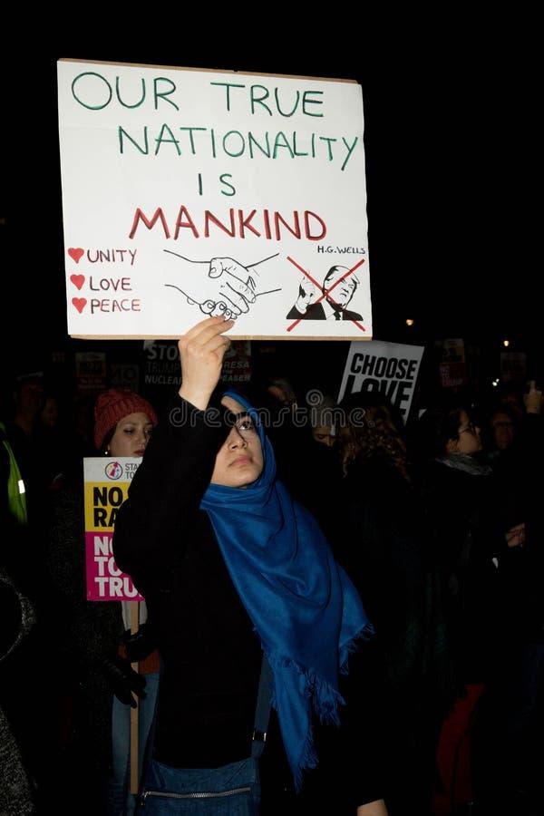 伦敦,团结的Kingdon - 2017年2月20日, :抗议者在议会正方形聚集抗议邀请到美国前 免版税库存照片