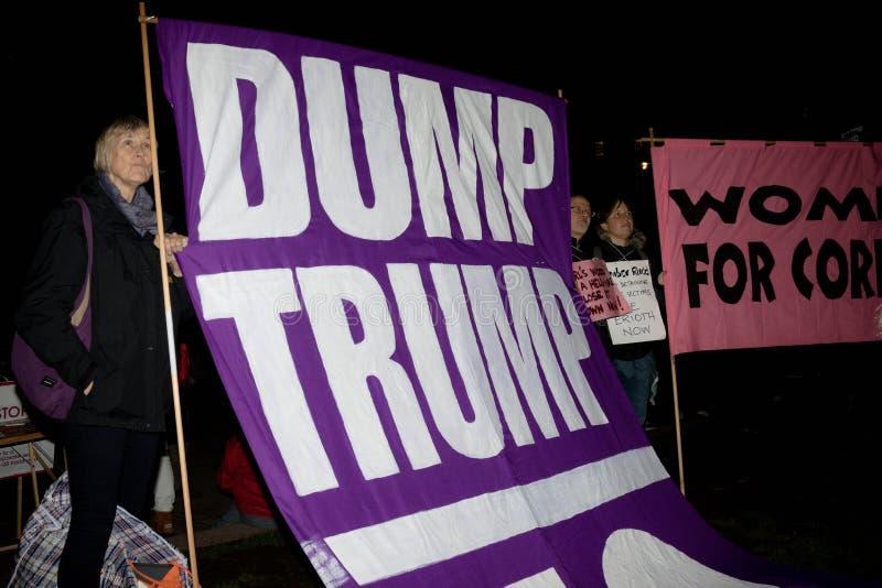 伦敦,团结的Kingdon - 2017年2月20日, :抗议者在议会正方形聚集抗议邀请到美国前 库存照片