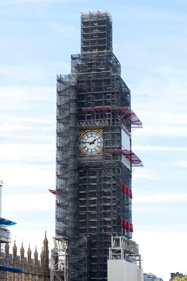 伦敦,在2018年英国-伊丽莎白塔前尖沙咀钟楼和在重建下的著名大笨钟 免版税库存图片