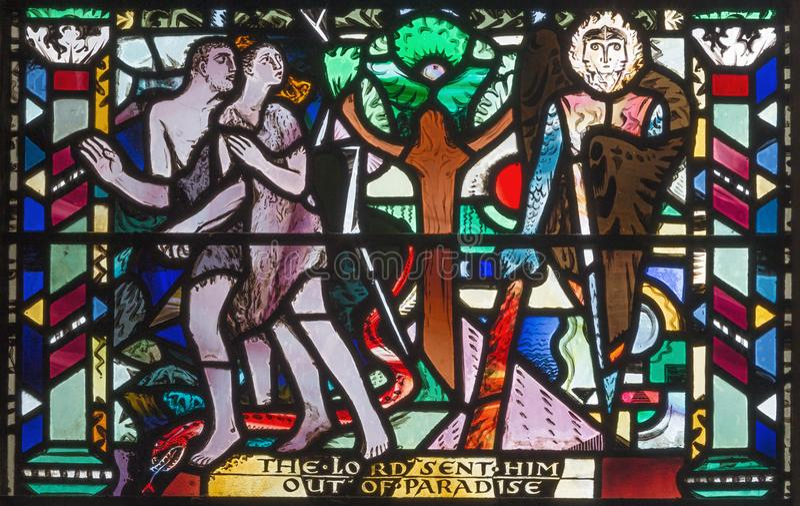 伦敦,大英国- 2017年9月16日:亚当和伊芙开除从天堂彩色玻璃的在教会圣Etheldre 免版税库存图片