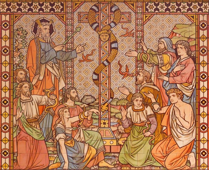 伦敦,大英国- 2017年9月15日:古铜色蛇的铺磁砖的马赛克在沙漠和摩西的在教会诸圣日里 免版税库存图片