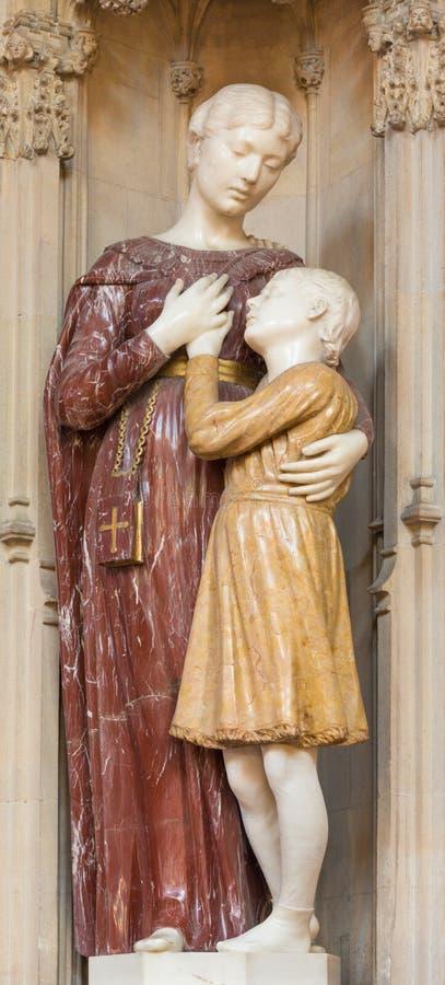 伦敦,大英国- 2017年9月18日:圣罗马弗朗西丝大理石象在教会圣母无染原罪瞻礼,农厂街道里 免版税库存图片