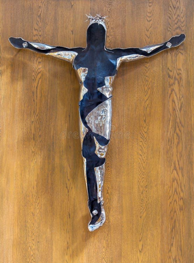 伦敦,大英国- 2017年9月14日:在十字架上钉死现代金属雕象在教会圣玛丽le Bow里 免版税库存图片