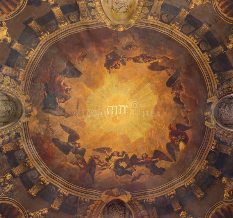伦敦,大英国- 2017年9月14日:在圆屋顶的壁画有天使上帝和唱诗班的名字的在教会圣Clement里 免版税库存照片