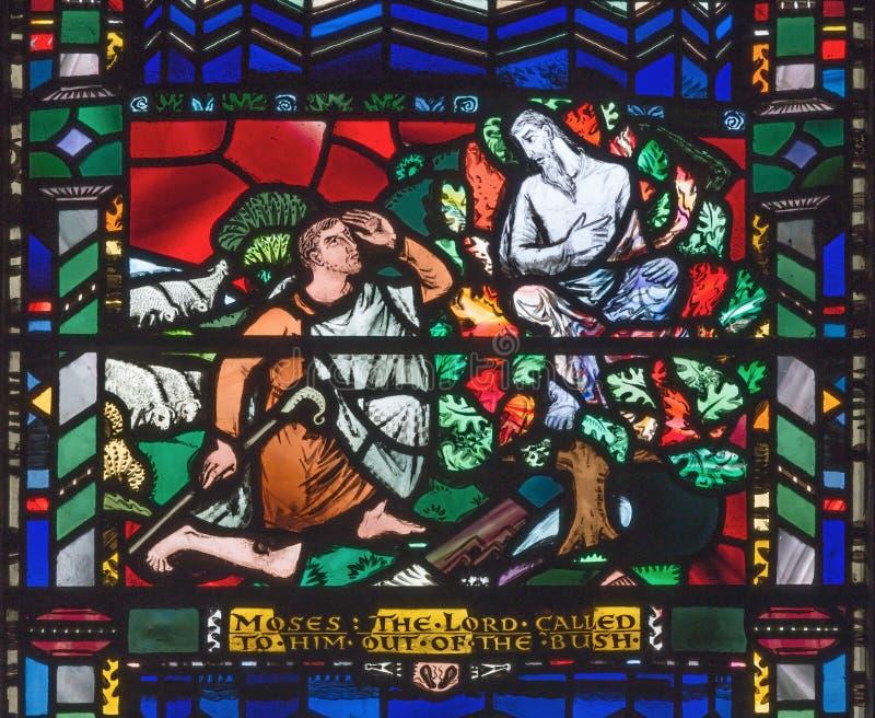 伦敦,大英国- 2017年9月16日:摩西和燃烧的矮树丛彩色玻璃教会圣的Etheldreda 免版税库存照片