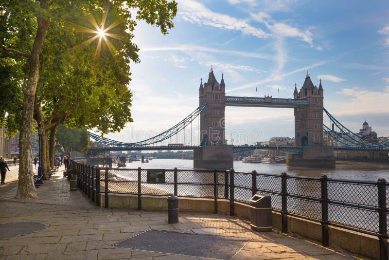 伦敦,大英国- 2017年9月20日:散步和塔桥梁在早晨点燃 免版税库存照片