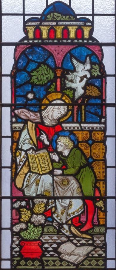 伦敦,大英国- 2017年9月19日:有小耶稣的圣母玛丽亚彩色玻璃的在圣玛丽方丈` s教会里 库存图片