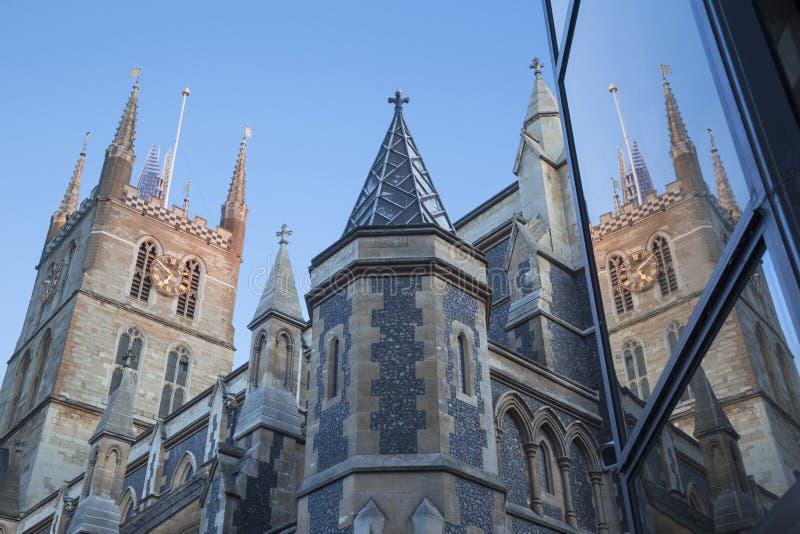 伦敦,大英国- 2017年9月19日:碎片塔Southwark大教堂上面和塔在晚上点燃 免版税库存图片