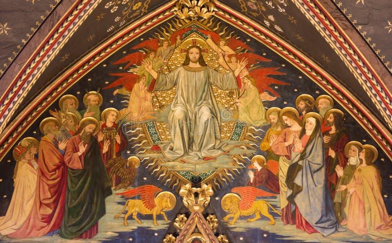 伦敦,大英国- 2017年9月15日:Resurrected耶稣绘画新哥特式荣耀在木头的在教会诸圣日里 库存照片