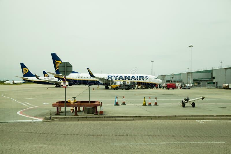 伦敦,斯坦斯特德机场,英国- 2014年5月26日:斯坦斯特德机场,准备好瑞安航空公司的航空器离去 图库摄影