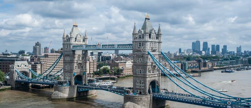 伦敦,英国全景空中都市风景  伦敦塔桥和金丝雀码头 图库摄影