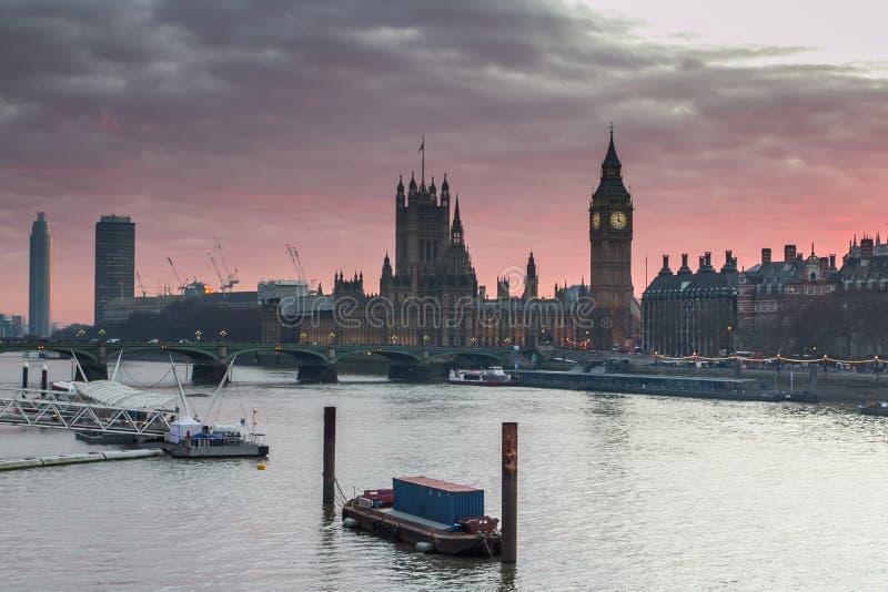 伦敦,英国全景 大本钟在泰晤士河的威斯敏斯特宫殿日落的 库存图片