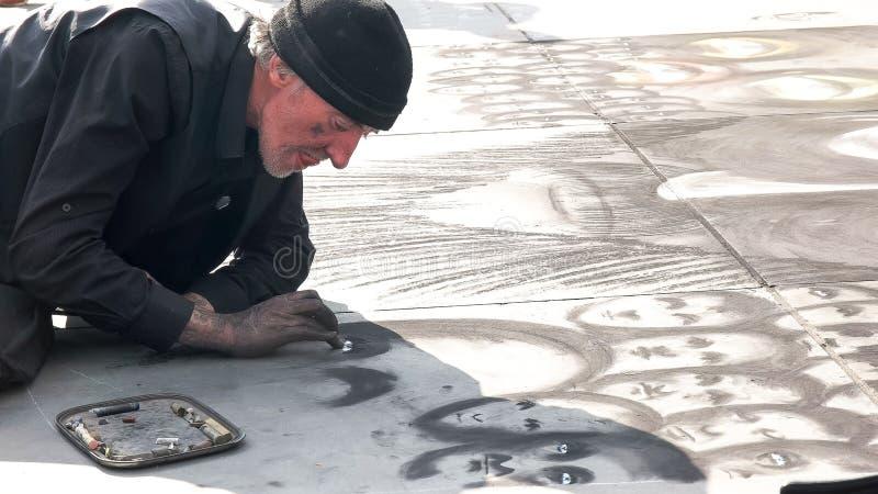 伦敦,英国,英国- 2015年9月17日:接近的观点的特拉法加广场的,伦敦一位街道艺术家 库存图片