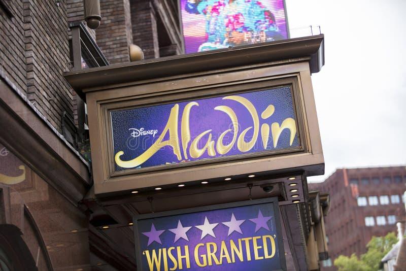 伦敦,英国,2019年7月18日,对爱德华王子剧院的入口有阿拉丁的标志的 免版税库存图片
