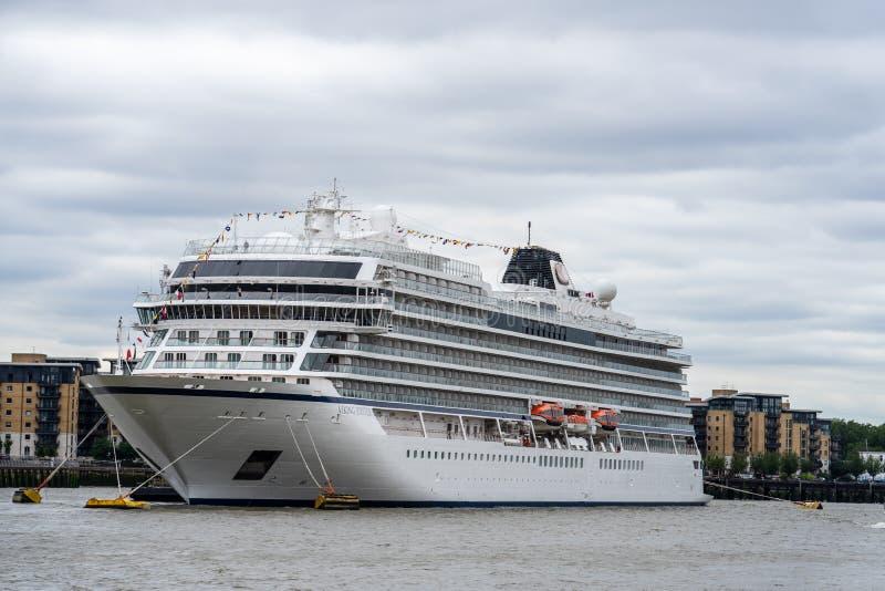 伦敦,英国,2019年7月14日 北欧海盗木星巡航划线员,属于北欧海盗游览线路,靠码头在格林威治 库存照片