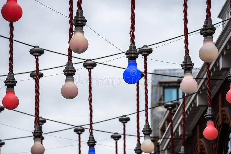 伦敦,英国,2019年7月28日 摇晃在Ganton街和Carnaby的交叉点的上大电灯泡装饰显示  免版税库存图片