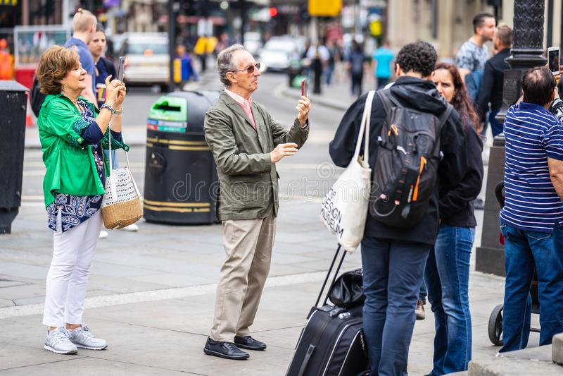 伦敦,英国,2019年7月 采取selfie的愉快的可爱的人民接近的画象在伦敦 免版税图库摄影
