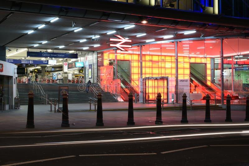 伦敦,英国:2015年6月26日, :大炮街道地铁车站在伦敦在晚上 库存照片
