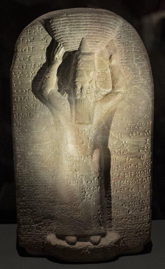伦敦,英国 — 记忆阿舒班尼帕尔国王的阿舒班尼帕尔古石碑重建被征服的马杜克神社 库存照片