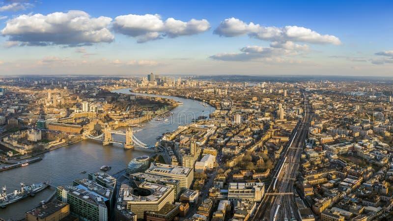 伦敦,英国-伦敦全景金丝雀码头鸟瞰图有著名塔的和塔桥梁和skyscrapesr  库存图片