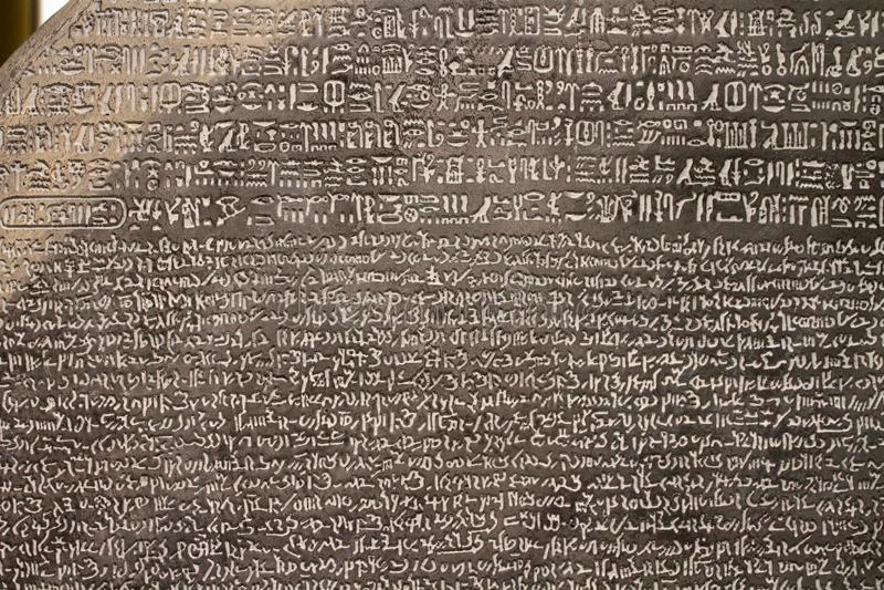 伦敦,英国-大约2018年4月:在大英博物馆的罗塞塔石头 免版税库存图片