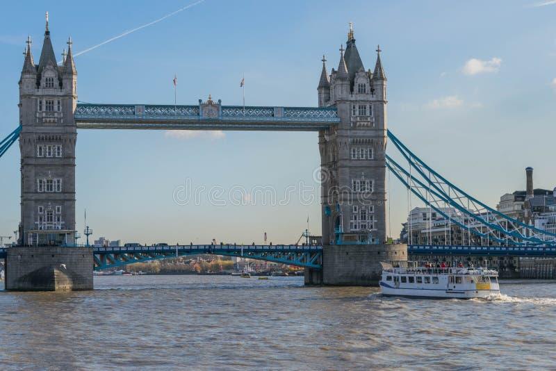 伦敦,英国- 2017年10月17日, :有清楚的天空的,伦敦,英国塔桥梁 库存照片
