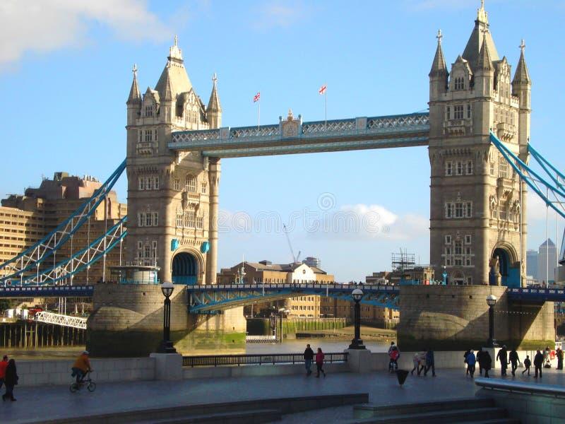 伦敦,英国- 2014年2月2日:伦敦伦敦塔桥看法  游人走 免版税库存照片